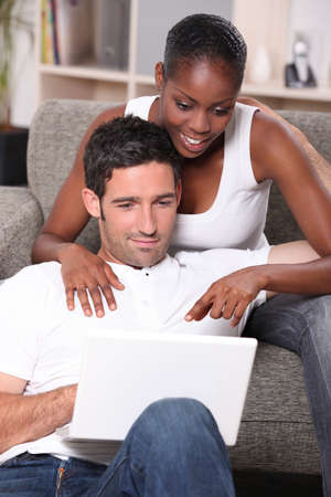 couple mixte: couple mixte surfer sur le net Banque d'images