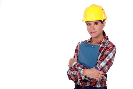 trabajando duro: Un capataz de las mujeres con un sujetapapeles.