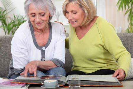 mujeres mayores: Las mujeres mayores mirando un �lbum de fotos Foto de archivo