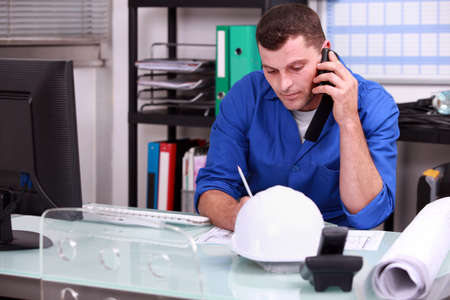llamando: Capataz de la construcción hablando por teléfono