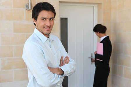 doorkey: Agente immobiliare che mostra l'uomo intorno propriet�