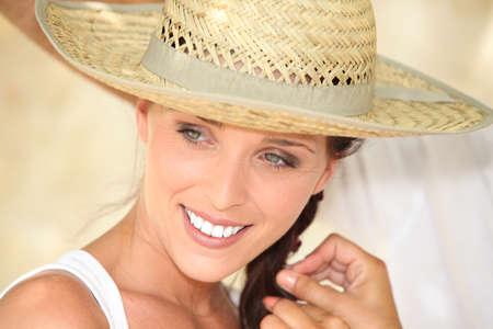 chapeau de paille: Jolie femme portant un chapeau de paille