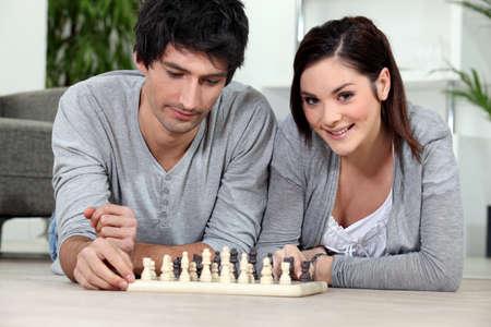 jugando ajedrez: Atractiva pareja jugando al ajedrez