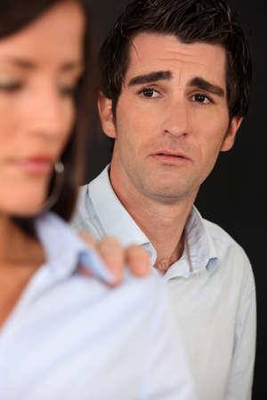 argumento: El hombre molesto con su pareja