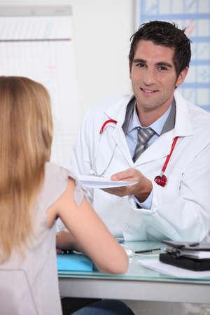 consulta m�dica: Mujer m�dico con el paciente joven