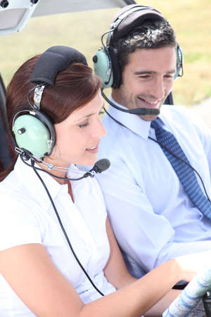 pilotos aviadores: Pareja en la cabina de un avión ligero