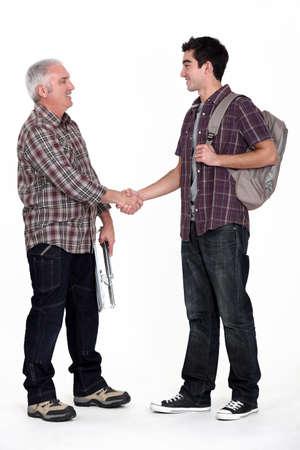 Junge Lehrling Treffen mit seinem neuen Chef