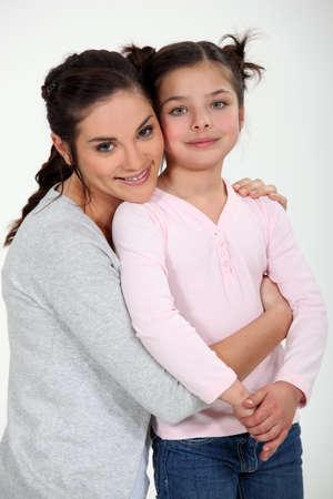 madre soltera: Madre sosteniendo a su hija