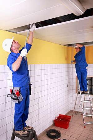 safety check: Electricistas en la habitaci�n en construcci�n Foto de archivo