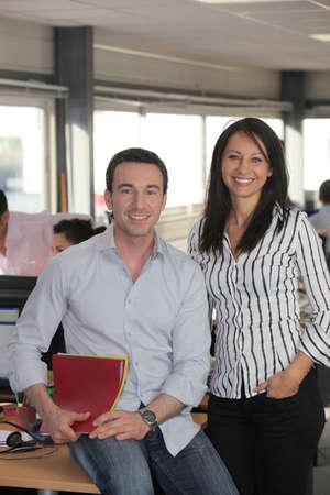 businesspartners: Buen hombre y mujer que trabaja en una oficina Foto de archivo