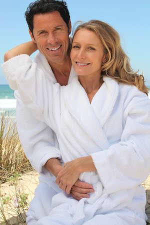 huir: Retrato de pareja en las dunas de albornoces de