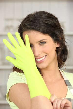ordelijk: Vrouw met rubber handschoenen