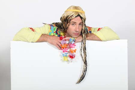 bored man: L'uomo annoiato, in costume hippie