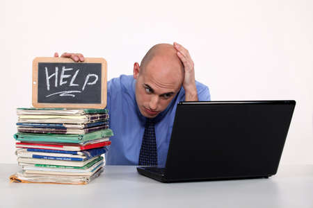 messy desk: Oficina de exceso de trabajo empleado Foto de archivo