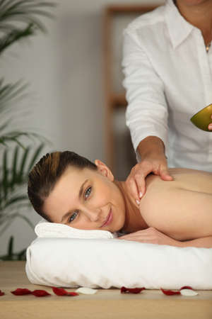 salon beaut�: Femme heureuse d'�tre de massage dans un salon de beaut� Banque d'images