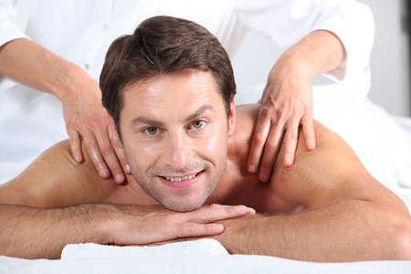 homme massage: l'homme ayant un massage dans un spa Banque d'images