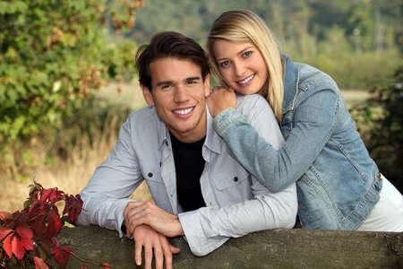 jovenes enamorados: Retrato de una joven pareja en el campo