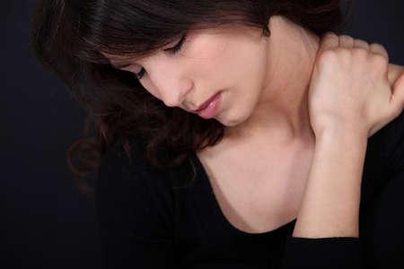 neck�: Mujer que sufre de dolor de cuello Foto de archivo