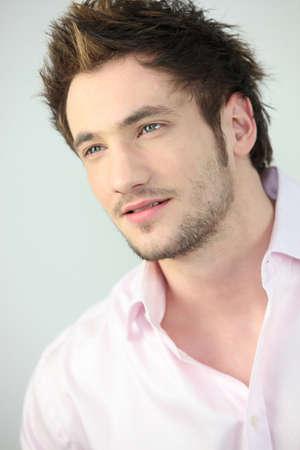 mann mit langen haaren: Portr�t eines jungen Mannes