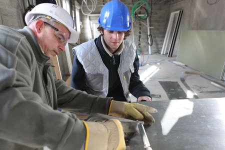 edificio industrial: El zinc de los trabajadores y aprendices en el taller de Foto de archivo