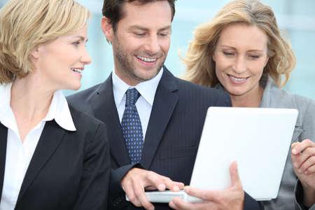 Les gens d'affaires regardant portable Banque d'images