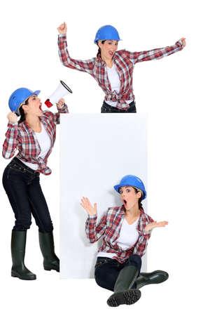 trio: tr�o de mujeres que usan casco azul