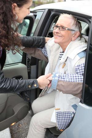 ayudando: Joven mujer asistente de edad fuera de la atenci�n Foto de archivo