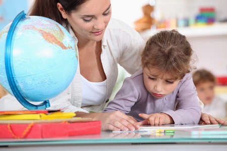 educators: Profesor con los alumnos en clase