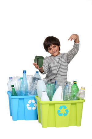 Un enfant en favorisant le recyclage. photo