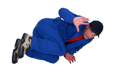 High-Angle Shot eines versteinerten Handwerker