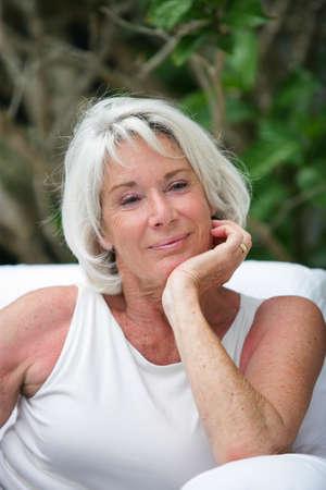 mujeres mayores: Mujer mayor sentada un jard�n