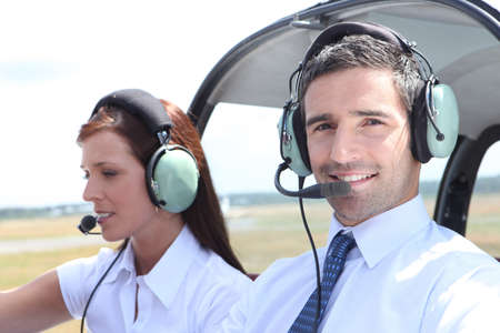 pilotos aviadores: El hombre y la mujer en la cabina de un avión ligero