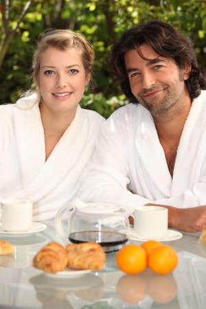 younger: Couple having breakfast in their garden Stock Photo