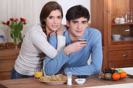 Una pareja de jóvenes tomando el desayuno. Foto de archivo - 11136229