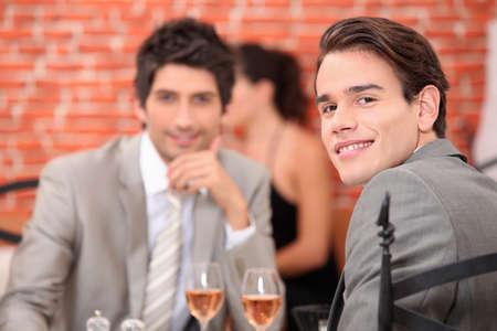 due amici: amici pranzando in un ristorante Archivio Fotografico