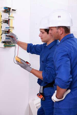 Twee elektriciens het uitvoeren van controles