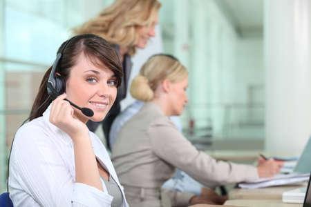 Las mujeres que trabajan en un call center Foto de archivo