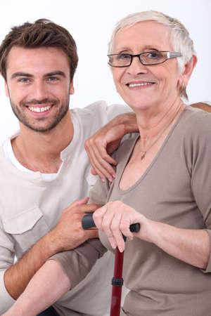 aide � la personne: portrait de jeune homme et femme plus �g�e Banque d'images