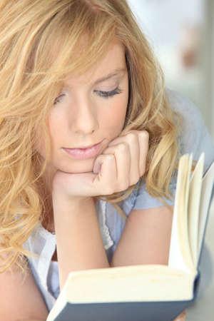 prosa: ragazza giovane lettura