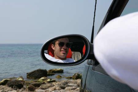 retrovisor: Hombre joven en el espejo retrovisor