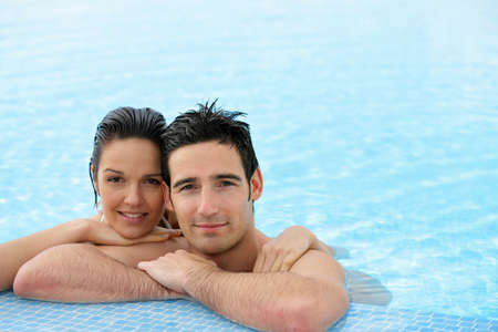 Couple de d�tente dans la piscine photo