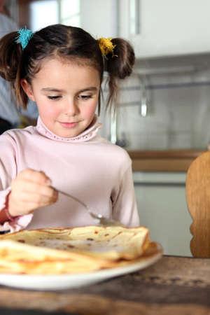 plato del buen comer: Niña comiendo panqueques en la cocina