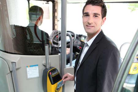 chofer de autobus: Un controlador de joven en un autobús.