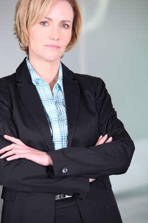 nespokojen: Nevýrazný žena se založenýma rukama