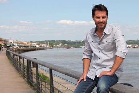 uomini belli: Uomo seduto dal fiume.
