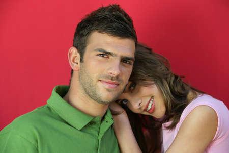 amigos abrazandose: Novia apoyada en su novio