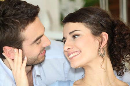 gaze: Paar praten thuis Stockfoto