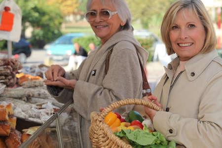 campesino: Madre e hija de compras en el mercado, junto