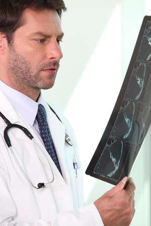 preocupacion: Médico hombre sostenía y el examen de rayos x Foto de archivo