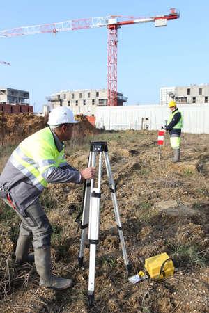 ingeniero civil: Los ingenieros civiles en el sitio con la topograf�a equipo Foto de archivo